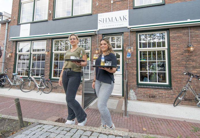Marloes van der Est (links) en Sharon Quist gaan binnenkort grand café Met Shmaak verbouwen zodat ze nog meer gasten kwijt kunnen.
