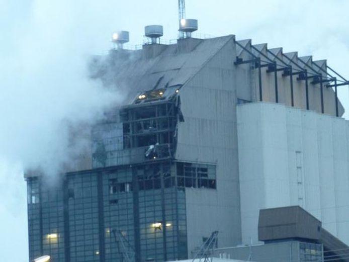 De verwoesting aan de gevel van de Electrabel is goed zichtbaar. Foto: Daniël Hofman