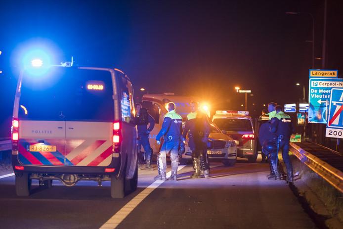 Agenten zetten de rijksweg A12 bij Utrecht af, nadat ADO-hooligans over de weg liepen. Vluchtend voor de politie.