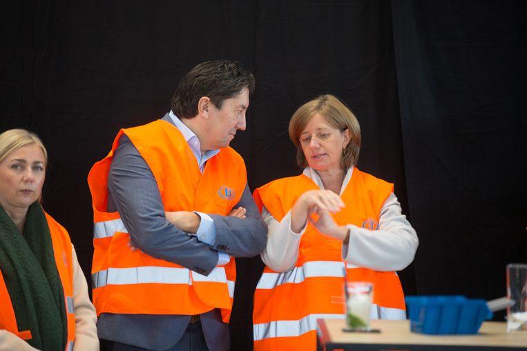 Opening van de nieuwe werkplaats van de NMBS in Hasselt CEO van de NMBS Sophie Dutordoir in gesprek met gouverneur Herman Reynders