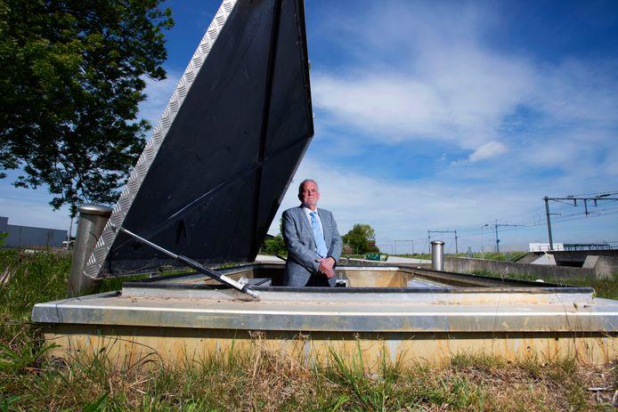 Ingenieur Adriaan van Diepen van energiebesparend bedrijf Kodi, poserend in Heerhugowaard bij het regelstation van een warmtebron die zich bevindt op 170 meter diepte