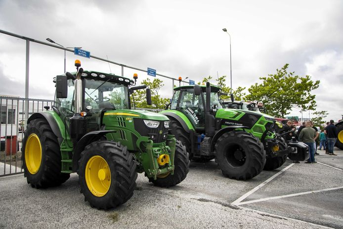Een groep Noord-Hollandse boeren blokkeert met 30 tot 35 landbouwvoertuigen de toegangspoort van het distributiecentrum van Albert Heijn.