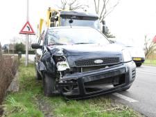 Automobilist botst tegen lantaarnpaal na uitwijkmanoeuvre