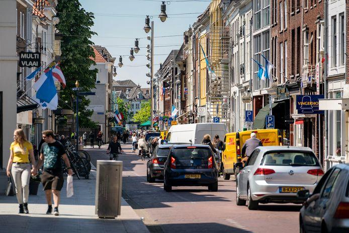 Bewoners rondom de Hinthamerstraat klagen over overlast van verkeer, bezoek van coffeeshops met draaiende motoren en van mensen die daar wat rondhangen overdag en 's avonds.