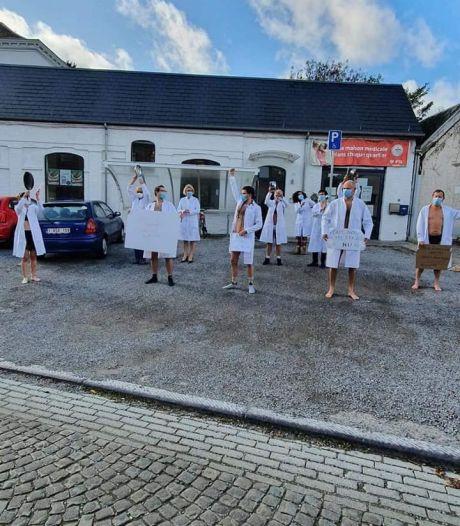 Du personnel médical se met à nu en guise de contestation à Charleroi