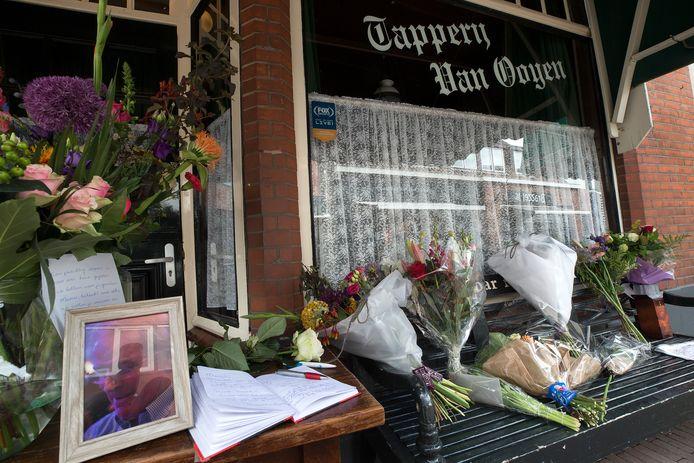 Een herinneringsplek en condoleanceboek voor de overleden kastelein Manus van Ooijen voor zijn kroeg aan de Rapenburgsestraat, hartje Lichtenvoorde.