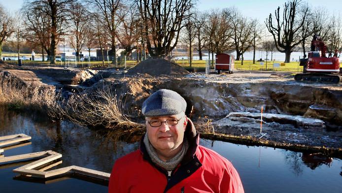 Archeoloog Antoine Mientjes op de stadswal bij de Duveltjesgracht. Achter hem is de opgraving te zien waar hij tot eind vorige week onderzoek deed.