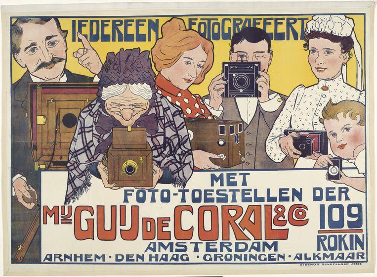 Iedereen fotografeert met fototoestellen der Mij. Guy de Coral & Co. Amsterdam Rokin 109, Johann Georg van Caspel, 1901 Beeld Rijksmuseum
