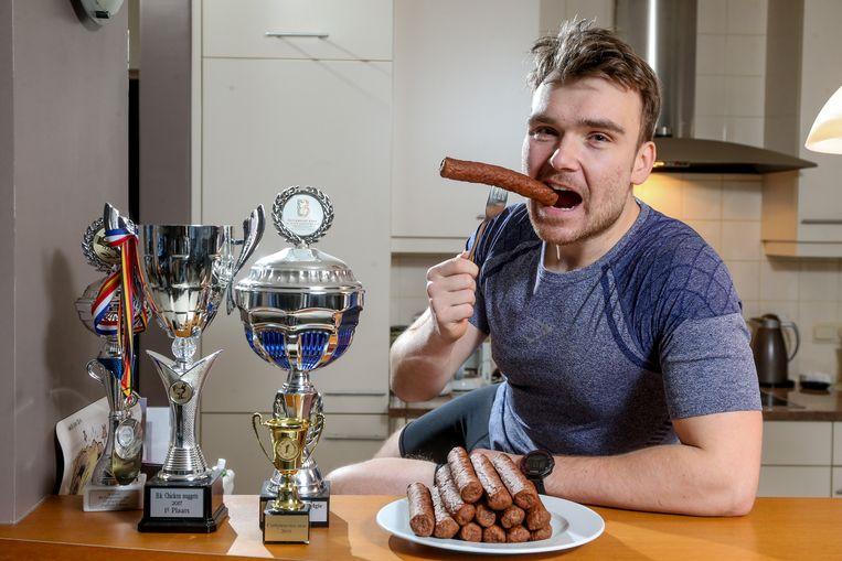 Belgisch Kampioen 'Frikandel eten' Rik Nauwelaerts, woonachtig in het Antwerpse Beerzel, noemt de frituursnack curryworst.