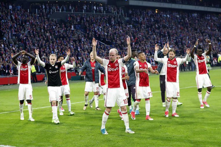 Ajax-spelers bedanken het publiek na de 4-1 overwinning op Lyon, vorige week woensdag. Beeld anp