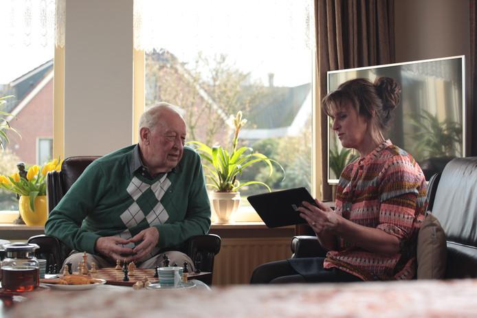 Door de thuiszorg aan ouderen te verbeteren kunnen mensen langer zelfstandig blijven wonen.