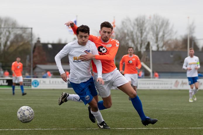 Arkel-verdediger Jordi Smulders (links) houdt Patrick Zwart, aanvaller van het met 1-0 zegevierende Altena, van de bal.