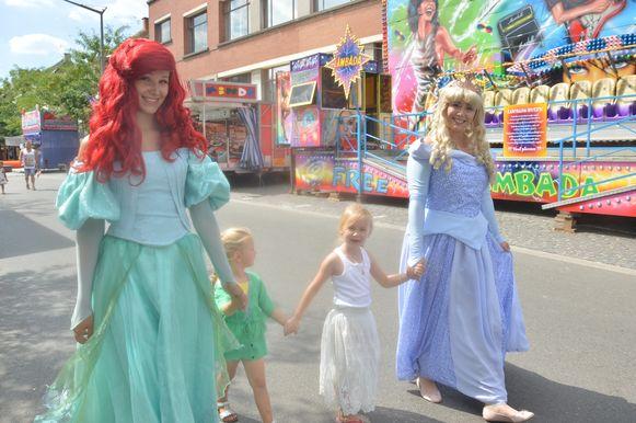 Ariel en Doornroosje op wandel met een paar kindjes.