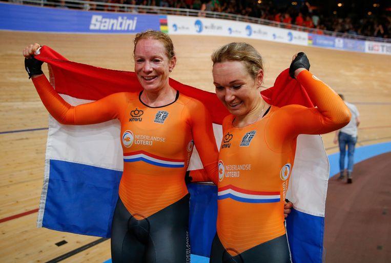 Kirsten Wild en Amy Pieters vieren hun overwinning op de koppelkoers. Beeld AFP