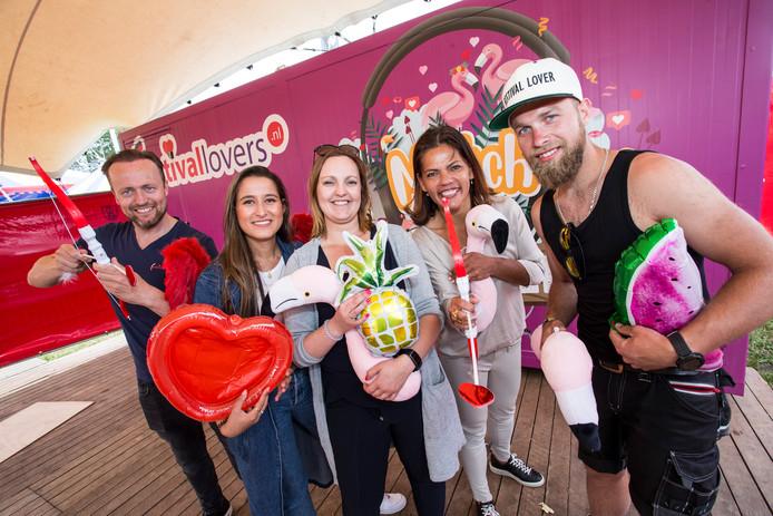 Op de foto: vlnr Rik ten Dolle, Louise Handstede, Pauline van Velden, Leontien Wolters, en Stein Reulink (van organisatie Reurpop)
