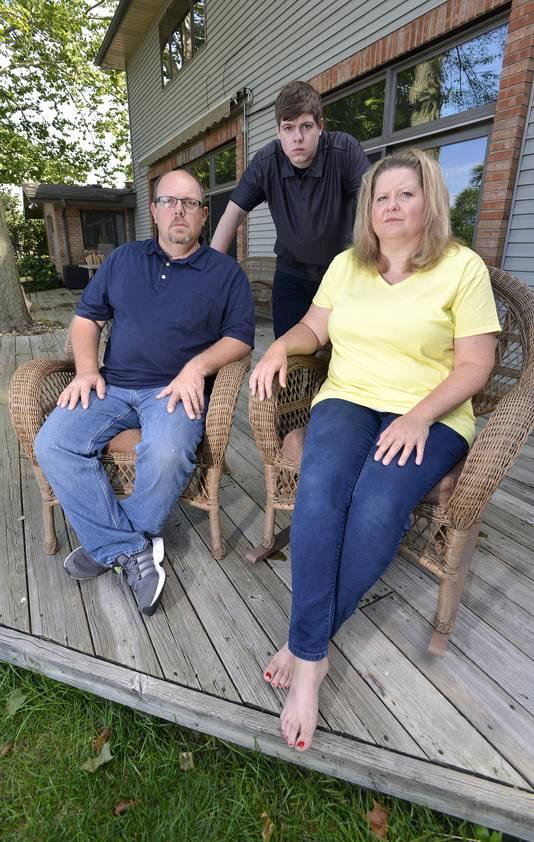 Zach met zijn ouders Les en Amanda Anderson voor hun woning in Elkhart in de Amerikaanse staat Indiana.