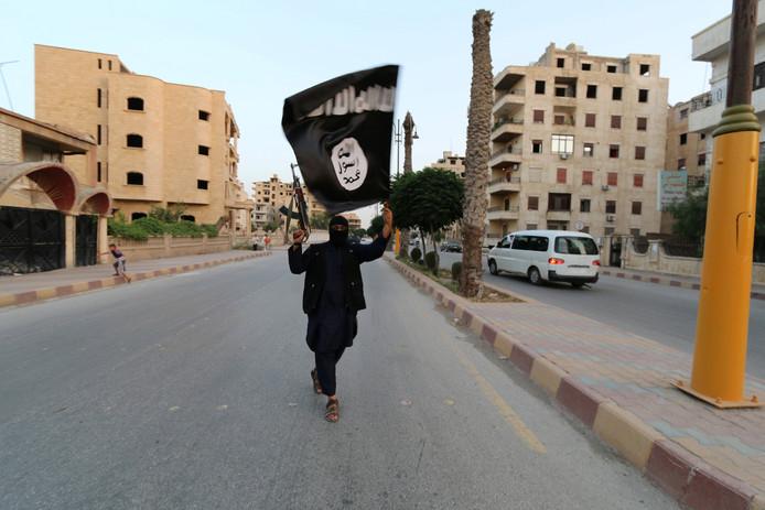 Een IS-vlag in Raqqa, Syrië in 2014.