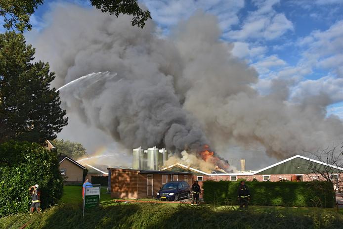De brand in het pluimveebedrijf van wethouder Kees de Jong aan de Plasweg in Waddinxveen, in oktober vorig jaar. (Archieffoto).