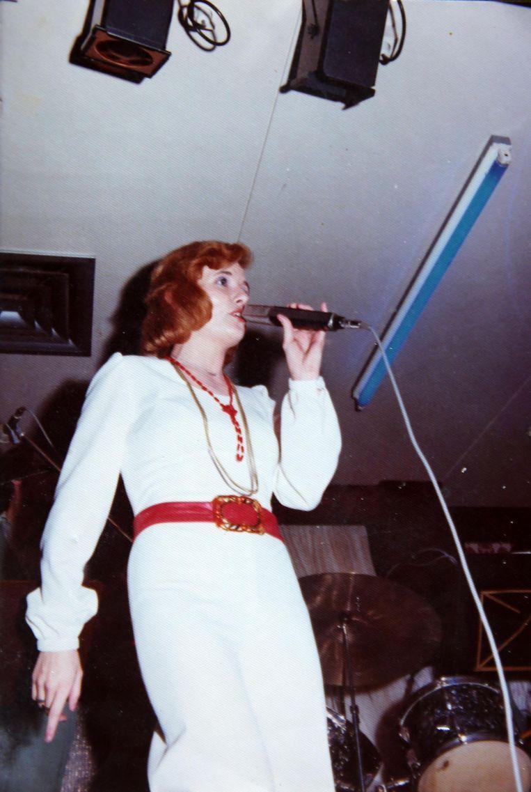 Paula tijdens één van haar vele optredens in de jaren zeventig.