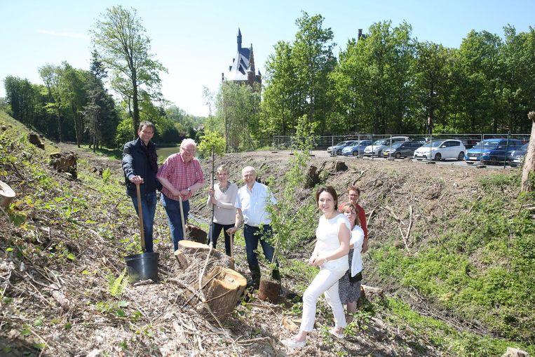 Burgemeester en schepenen planten twee symbolische bomen naast spoorlijn 26.