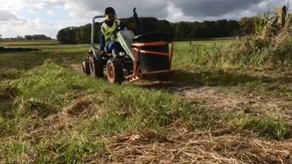 """Andreas (11) ruimt met zijn tractor zwerfvuil op: """"Mijn broer en ik spelen graag in de natuur, maar er ligt veel vuil"""""""