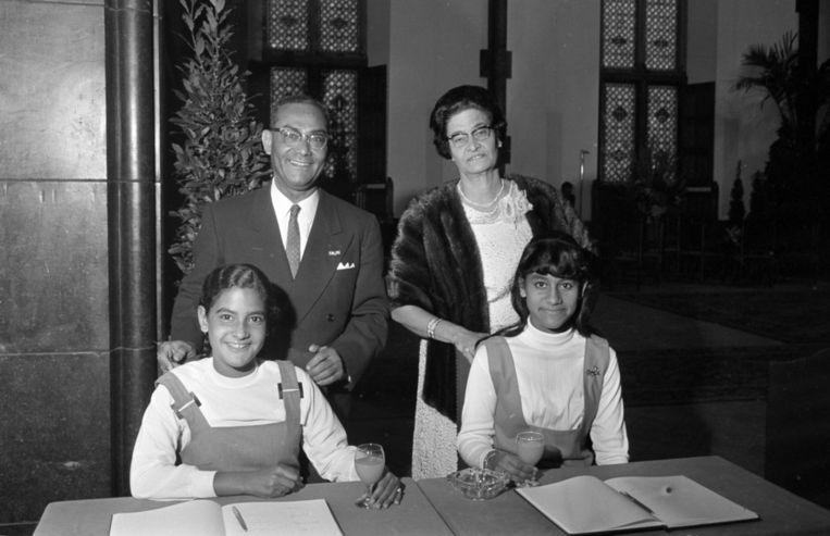 Johan Ferrier en zijn echtgenote Edmé in 1968 tijdens de receptie in verband met zijn benoeming tot gouverneur van het rijksdeel Suriname. Op de voorgrond dochters Joan (rechts) en Kathleen. Beeld anp