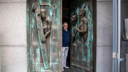 """Het verhaal achter bizarre voordeur in Sint-Truiden: """"Kindjes zeggen vaak dat een dief aan het 'uitbreken' is"""""""
