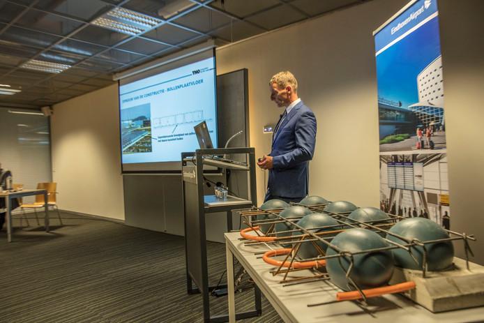 Persconferentie over instorten parkeergarage bij Eindhoven Airport.
