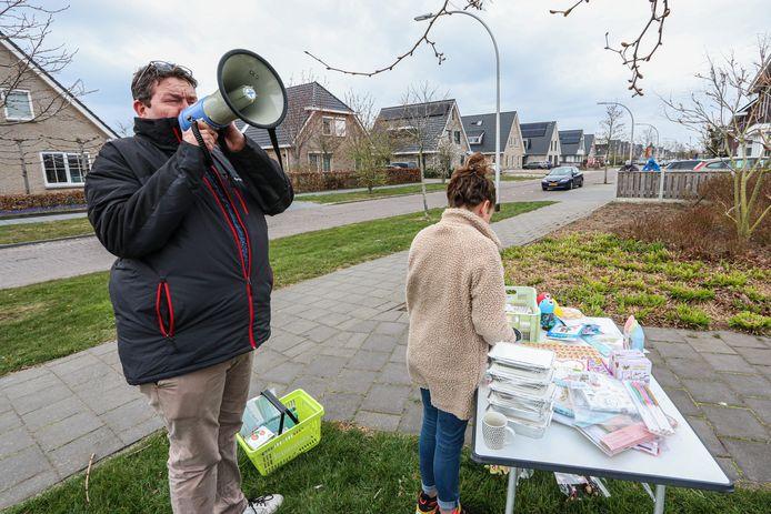 Op initiatief van Emmeloorder John van Beek werd woensdagavond en donderdagavond een straatbingo in de wijk Emmelhage georganiseerd.