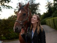Paard van Naomi (18) uit De Lutte loopt mee met Prinsjesdag parade