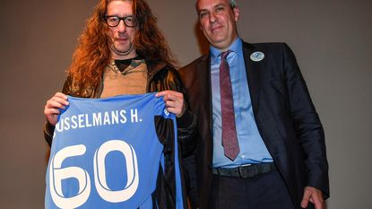 Brusselmans krijgt taart en voetbalshirt