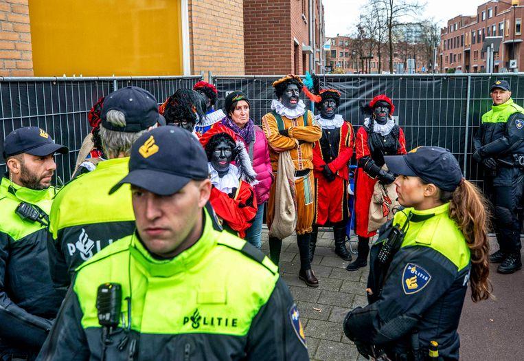 De politie omsingelt een groep pro-Piet-demonstranten van Pegida. Voorman Edwin Warnsveld werd kort hierna aangehouden omdat de extreem-rechtse groep weigert in een demonstratievak te staan. Beeld Raymond Rutting / de Volkskrant