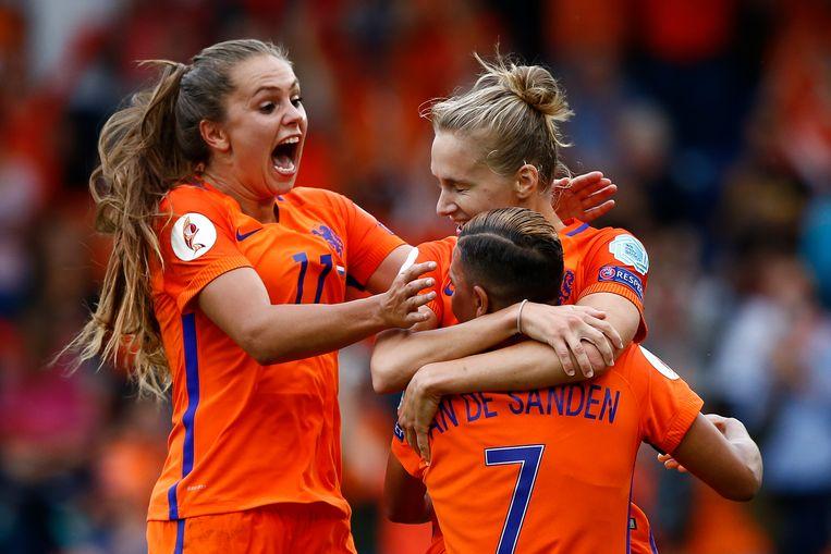 Vivianne Miedema wordt na een doelpunt in de kwartfinale van het EK in 2017 besprongen door Shanice van de Sanden en Lieke Martens. Beeld null