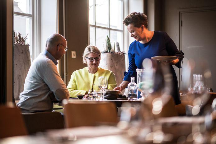Eigenaresse Milena Visser bedient gasten in restaurant Old Skool in Druten.