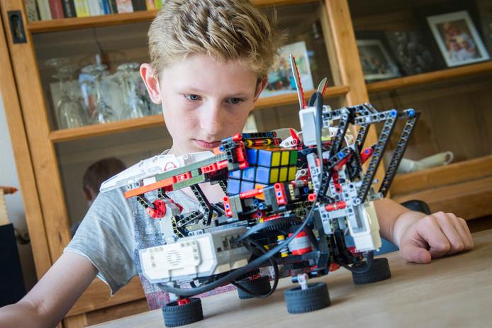 De 12-jarige Senne Versteeg bouwde een robot om de Rubik's Cube binnen 100 seconden op te lossen. Nadat de gekleurde kubus is geplaatst kan Senne achterover leunen en onder het genot van een drankje toekijken hoe de puzzel wordt opgelost.