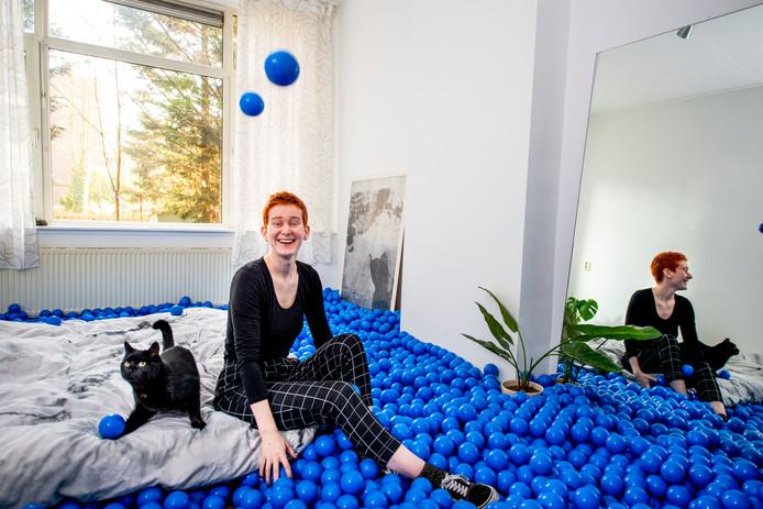 De blauwe ballen springen in het oog. Verder is de woning minimalistisch ingericht.
