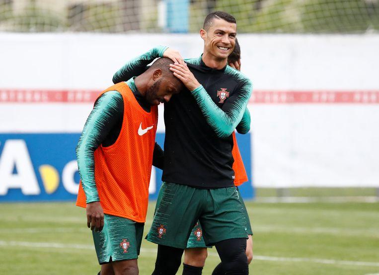 Manuel Fernandes krijgt een aai over de bol van Cristiano Ronaldo op training.