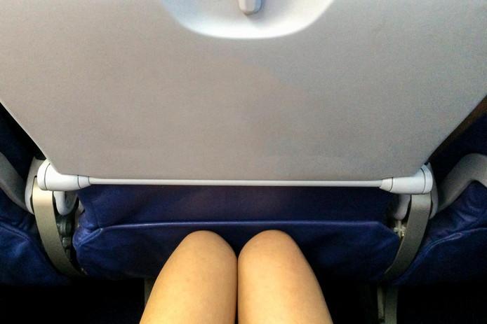Knel in het vliegtuig en al helemaal als degene voor je de stoel in de ligstand zet.