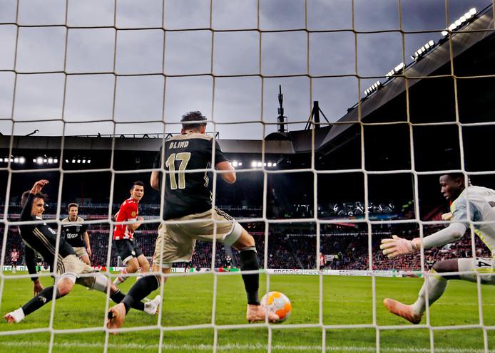 De eerste ontmoeting met Ajax in seizoen 2018-2019 eindigt in 3-0 voor PSV. Lozano tekent voor een van de treffers.