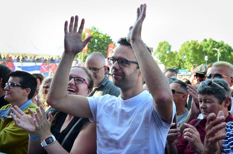 Egon van Hulst klapt voor het optreden van Danny Vera (en voor zijn tolken Mirjam Stolk en Hanneke de Raaff). Beeld Foto Marcel van den Bergh / de Volkskrant