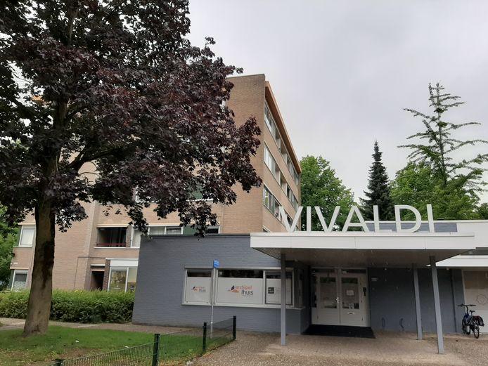 Gezondheidscentrum Vivaldi aan de Mechelenlaan in Eindhoven, met links de Frédéric Chopinflat. Bewoners daar zijn niet blij met verhuurder Woonbedrijf.