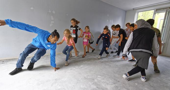 Ranil van Peperstraten danst met een aantal buurtkinderen in een leegstaande woning in de St. Willibrordstraat in Boxtel.