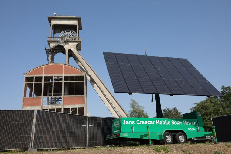 Een gigantisch zonnepaneel wekt een deel van de energie op.