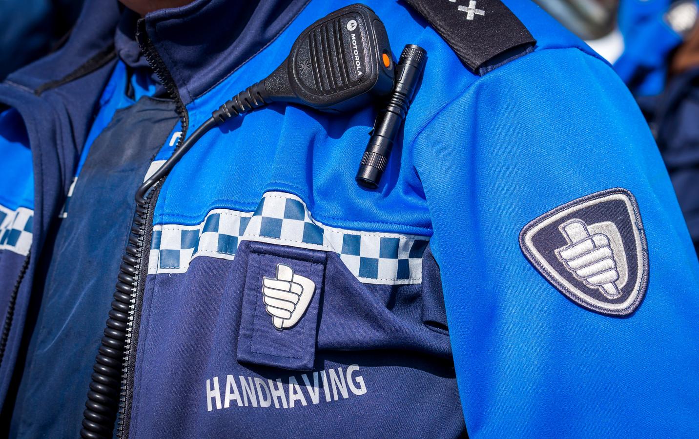 Handhavers in Deventer zijn woensdag mishandeld.