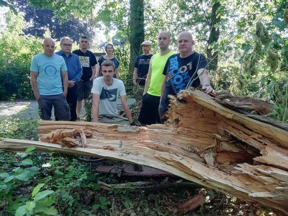 De buurtbewoners bij een gesneuvelde boom in het park die vanbinnen hol bleek te zijn.