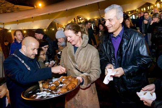 Tijdens het evenement Arnhem Samen op het Gele Rijdersplein deelde burgemeester Ahmed Marcouch vorig jaar oliebollen uit.