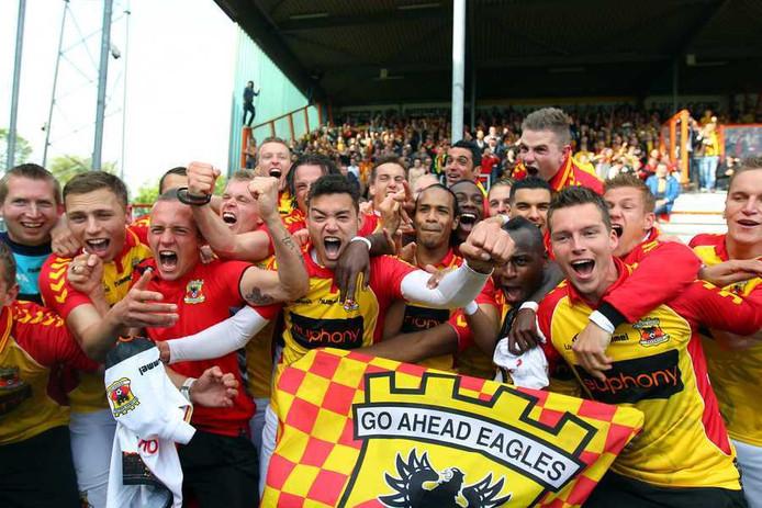 De spelers van Go Ahead Eagles vieren de promotie naar de Eredivisie.