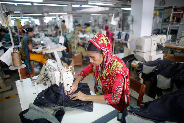 Foto ter illustratie: een werkneemster van een kledingfabriek in Bangladesh. Beeld REUTERS