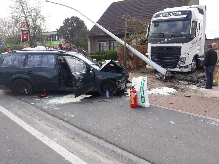 De vrouw kwam met haar Ford tot stilstand tegen een verlichtingspaal en geparkeerde vrachtwagen.