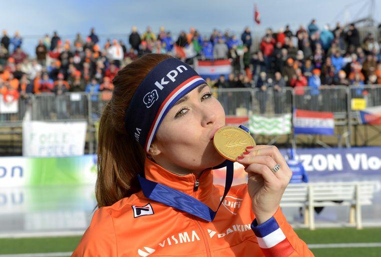 Antoinette de Jong met de gouden medaille na het behalen van de Europese titel allround. Beeld ANP